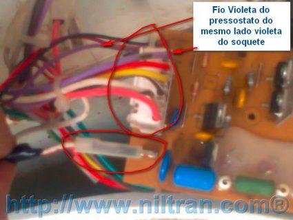 Retirando o soquete de ligação da placa eletrônica.